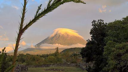 Volcan Pico au coucher du soleil, Portugal