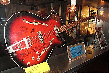 Guitare de Bill Wyman (Rolling Stones)