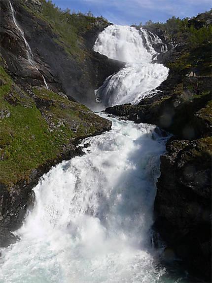 Les chutes de Kjosfossen sur le trajet du Flamsbana