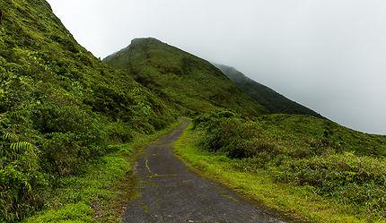 Ancienne route sous le volcan de la Soufrière