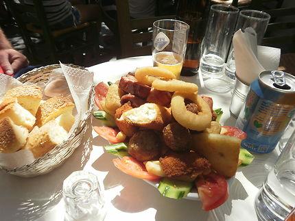 Pause Mezze sous le soleil de l'île d'Andros