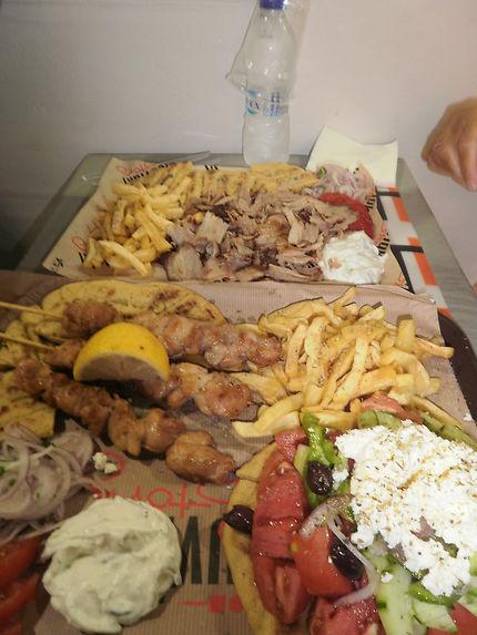 Assiette à partager dans un coin de rue à Mykonos