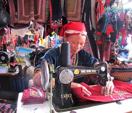 Couturière au marché de Sapa