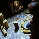 Un petit garçon s'enduit de tanaka