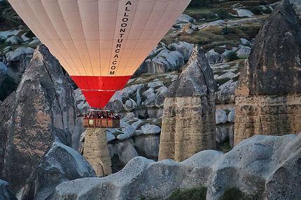 Le ballon et les cheminées de fées de la Cappadoce