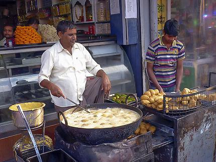 vendeur de namkins, au marché de Bikaner, Inde