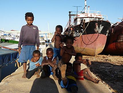 Enfants au port aux boutres à Majunga