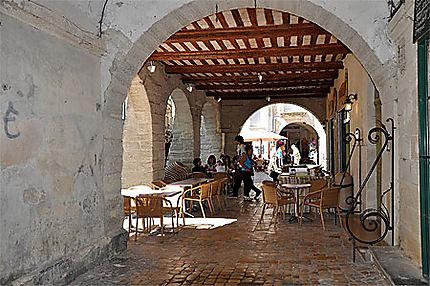 Sous les arcades à Uzès
