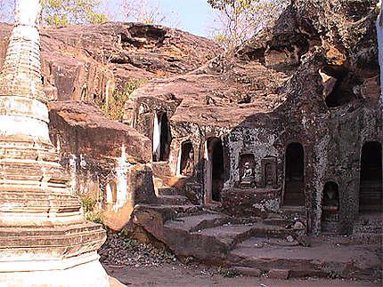 Bouddhas gardés par des singes