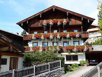 Maison fleurie à Alpbach
