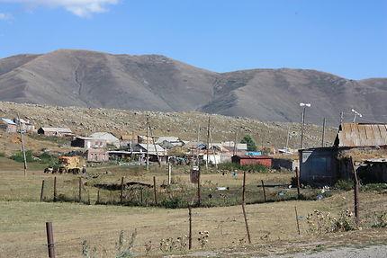Village au pied de l'Aragats, Arménie