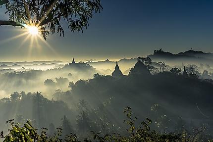 Lever de soleil. Les pagodes de l'empire d'Arakan