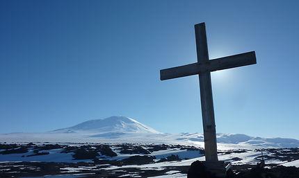 Cénotaphe de Scott au pied du volcan Erébus