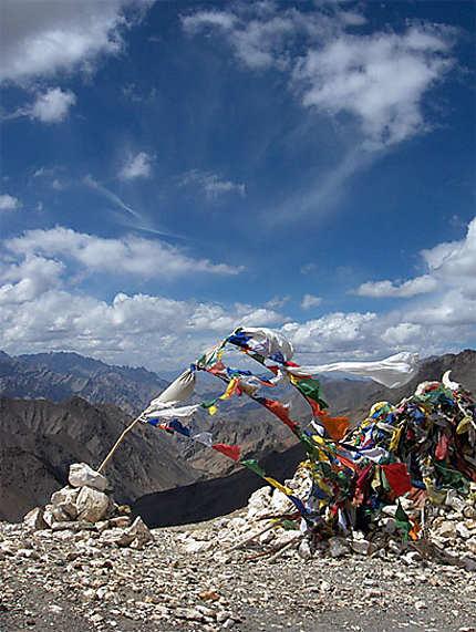Drapeaux de prière entre Lamayuru et Leh