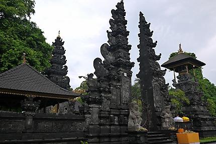 Temple face au marché traditionnel
