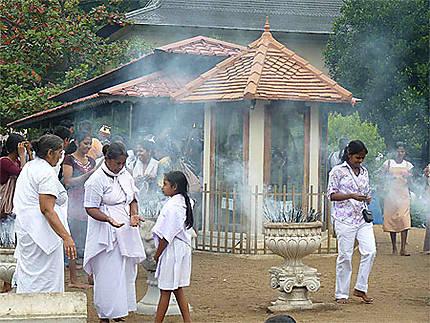 Offrandes - Temple de la dent de Bouddha