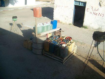 Station-service sur la route de Chénini, Tunisie