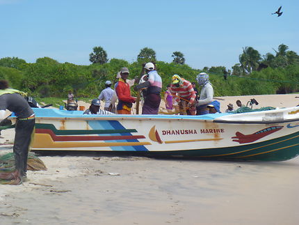 Les pêcheurs au matin sur la plage de Trincomalee
