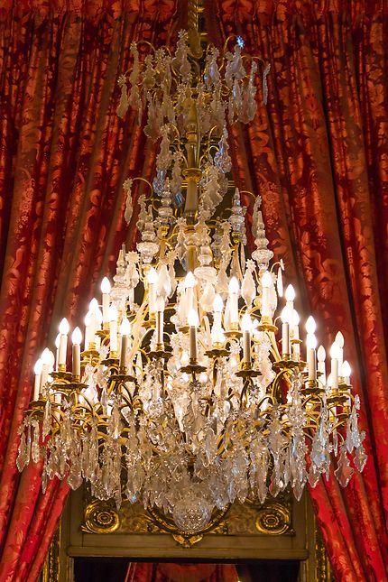 Le Louvre, lustre et rideaux rouges