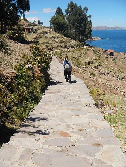 La route sur l'île de Amantani, lac Titicaca