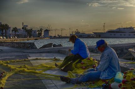 Travaux de filets le soir à Paros