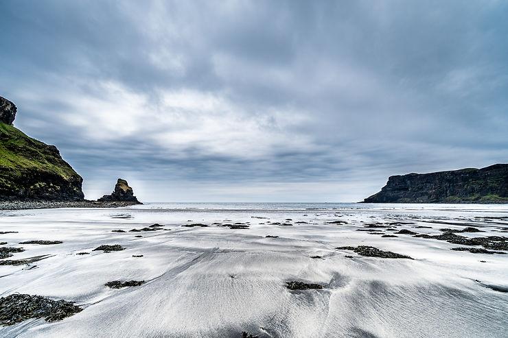 Plage de la baie de Talisker sur l'île de Skye, Écosse