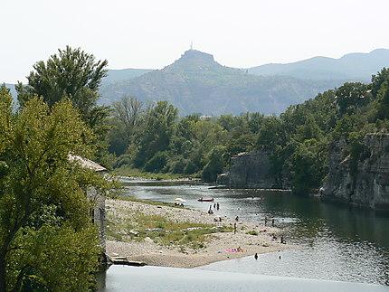 Ruoms, vue sur l'Ardèche et le rocher de Sampzon