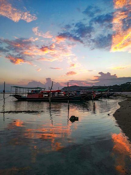 Coucher de soleil sur les bateaux de pêche