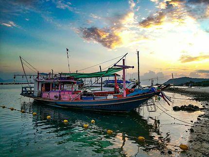 Coucher de soleil sur bateaux des pêcheurs