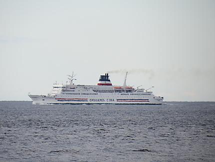 Navire de croisières au large de Madeleine-Centre