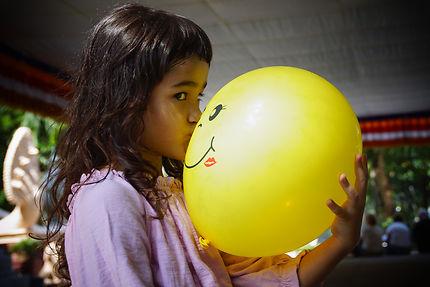 Enfant et ballon à Phnom Penh