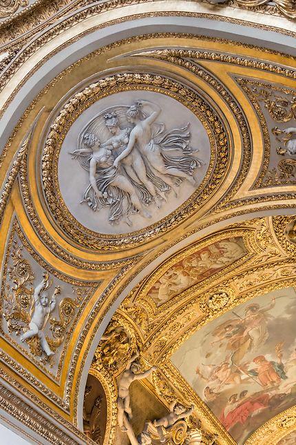 Le Louvre, sublime plafond peint et sculpté
