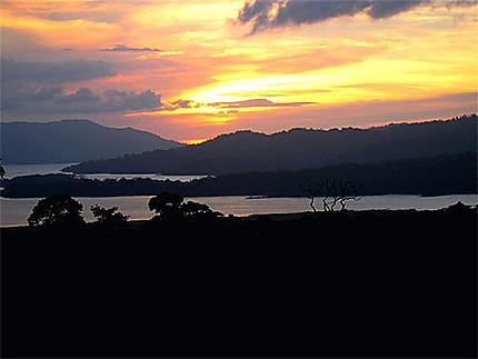 Coucher de soleil sur le lac Arenal