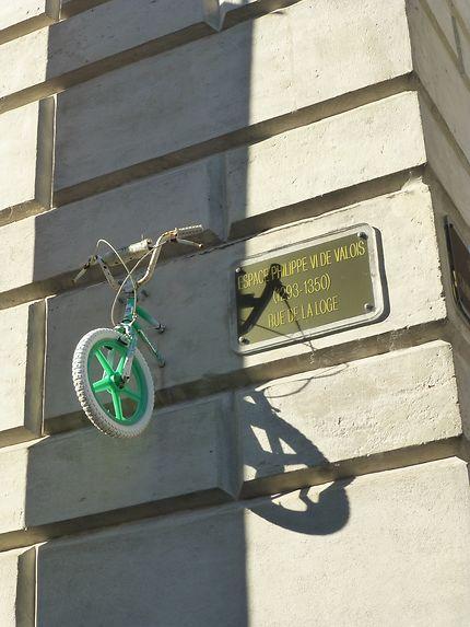 Vélo au mur dans les rues de Montpellier