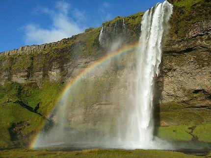 Cascade d'arc-en-ciel en Islande