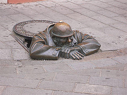 Sculpture sortant de terre