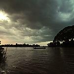 Don Det ciel sombre et bateau sur le Mekong