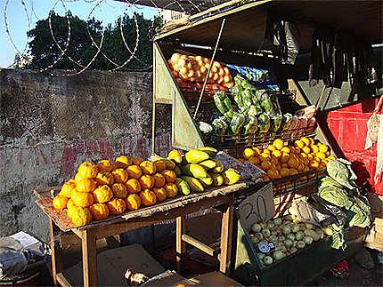 Marché dans les rues de Maputo