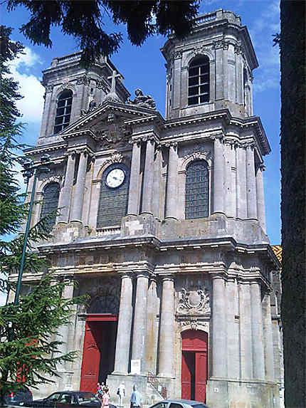 Façade de la cathédrale Saint-Mammès