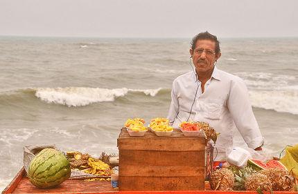Le vendeur de fruits sur la plage de Pondichéry