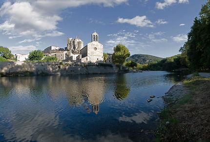 Sur les berges de l'Hérault, le village de Laroque