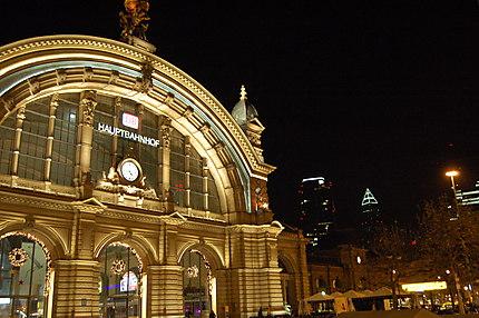 Gare centrale de Francfort et gratte-ciel