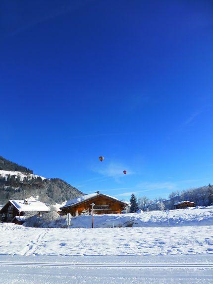 Montgolfières dans un ciel éclatant,  Haute-Savoie