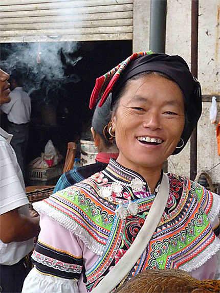 Jeune femme au marché de Yuanyang