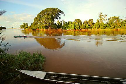 Barque sur le fleuve à Don Det
