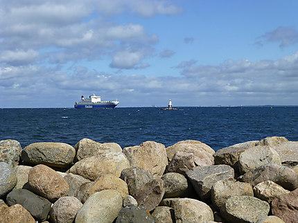 Cargo près du phare