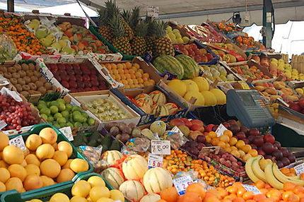 Stand de fruits et légumes à l'ouverture du marché