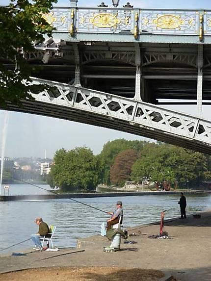 Les pêcheurs sous le pont de Fragnée