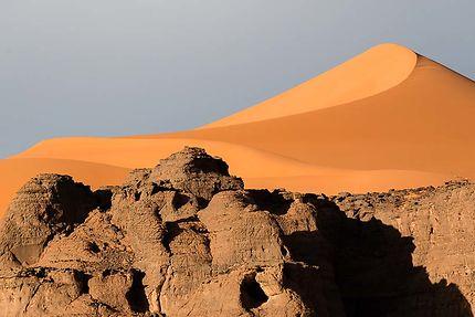 Tin Zaouaten - Dune et roche dorées par le soleil