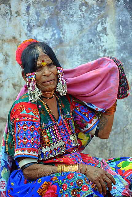 Une vendeuse en costume traditionnel
